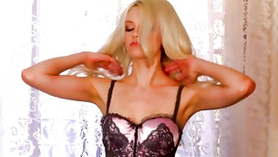 Nasty long legged blond is rubbing her wuss hole with her favorite dildo